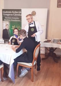 Kelner – Serwis Francuski – Metoda Serwowania Potraw z Półmiska