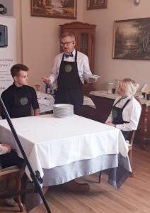 Kelner – Serwis Niemiecki – Metoda Przenoszenia Talerzy