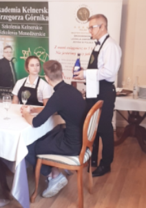 Kelner – Metoda Serwowania Wina z Butelki do Dania Głównego